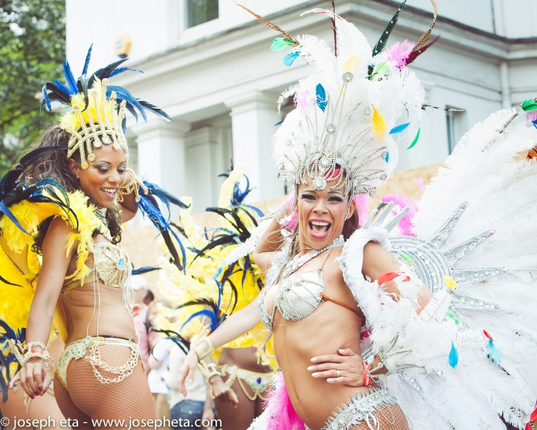 photo a two carnival dancers dancing samba at the London Notting Hill Carnival